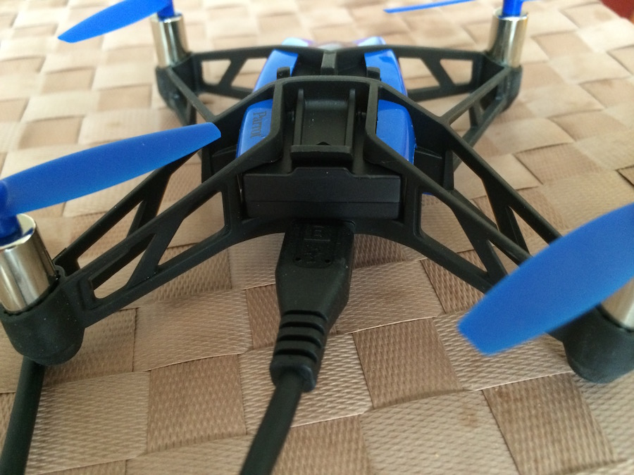Minidrone-Rolling Spider-charge-cable-branche